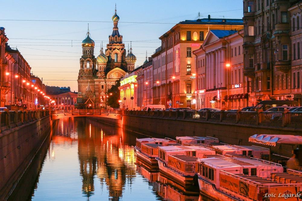 Полюбоваться городом можно как напешей прогулке, так иназнаменитых речных трамвайчиках или катера