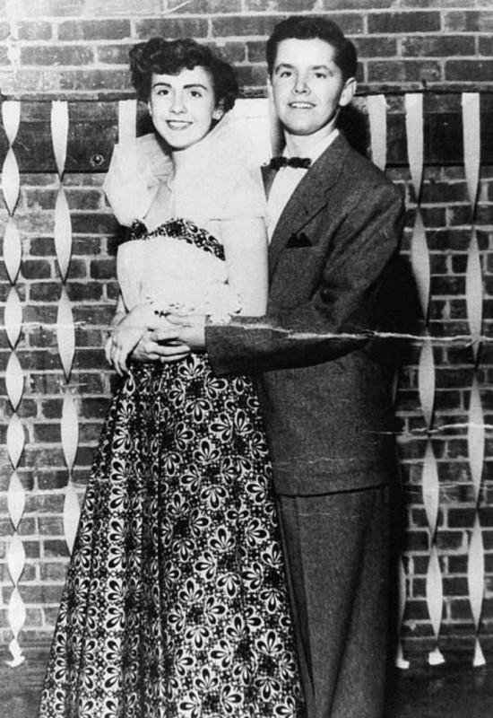 Джек Николсон в 1953 году на выпускном вечере. Девушку зовут Нэнси Смит, а будущий актер сопровождае