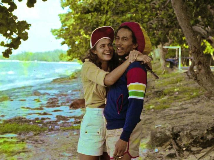 Боб Марли на пляже с «Мисс мира» 1976 года Синди Брейкспир, матерью своего сына Дэмиана Марли.