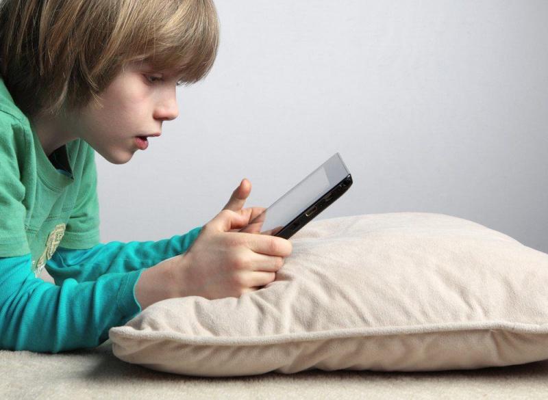 Ученые: Лучший возраст для покупки первого телефона наступает в8