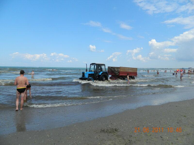 Трактор на пляже Анапы
