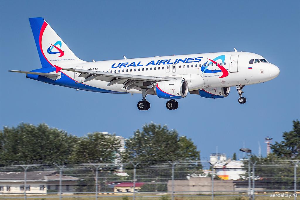 Самолет Уральских авиалиний в аэропорту Сочи