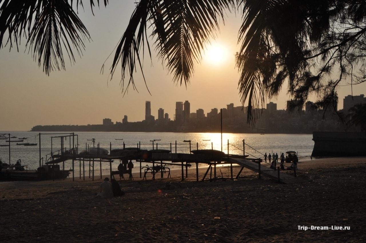 Вид на закат с набережной в Мумбаи