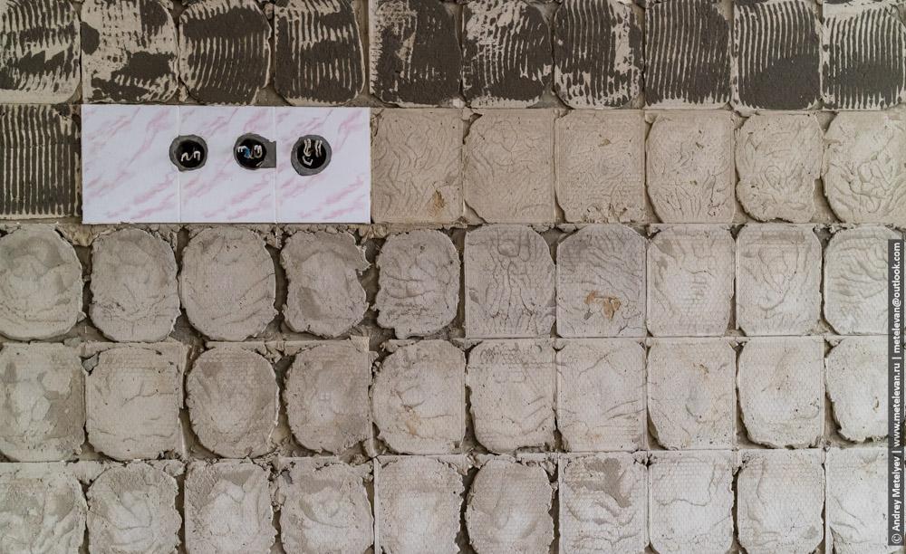 розетки на стене с оторванной плиткой