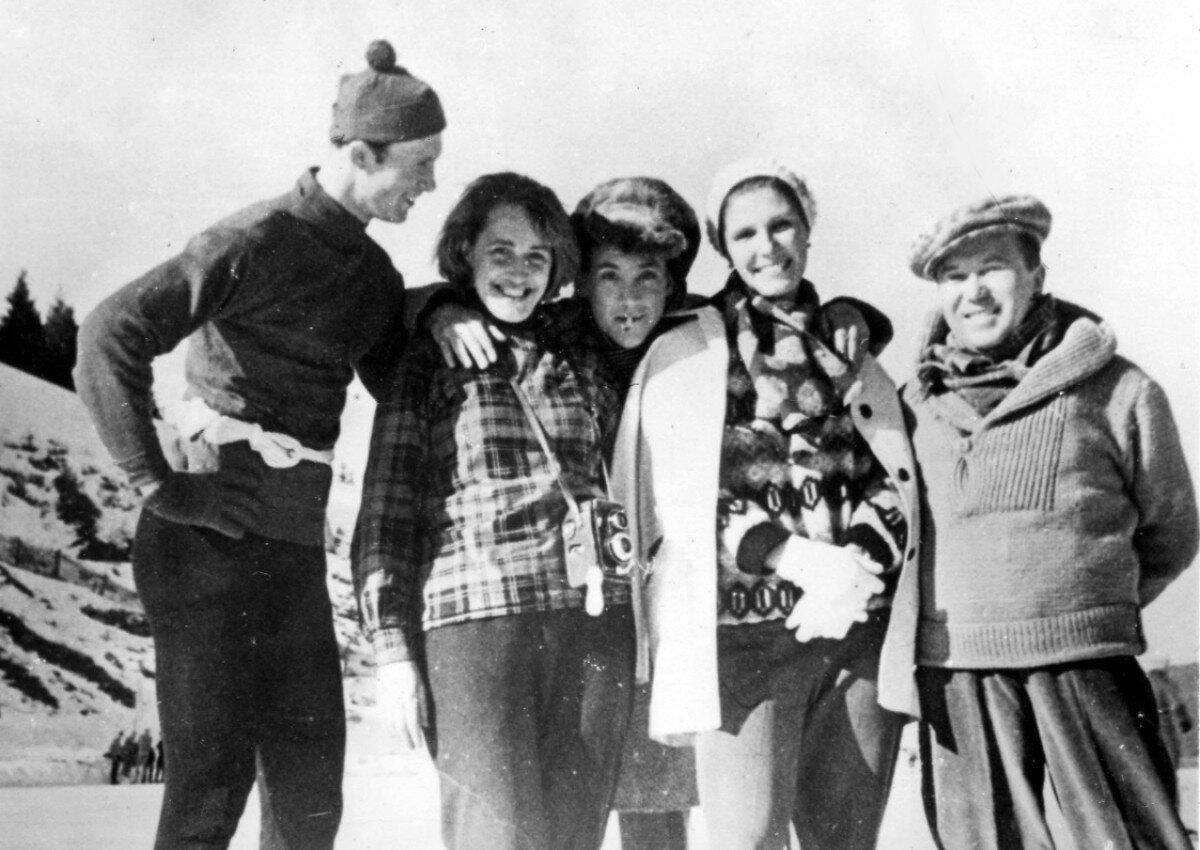1963.В.Косичкин, Е.Терехова, В.Высоцкий, И.Артамонова и ... на высокогорном катке «Медео» во время съемки фильма «Штрафной удар». Январь