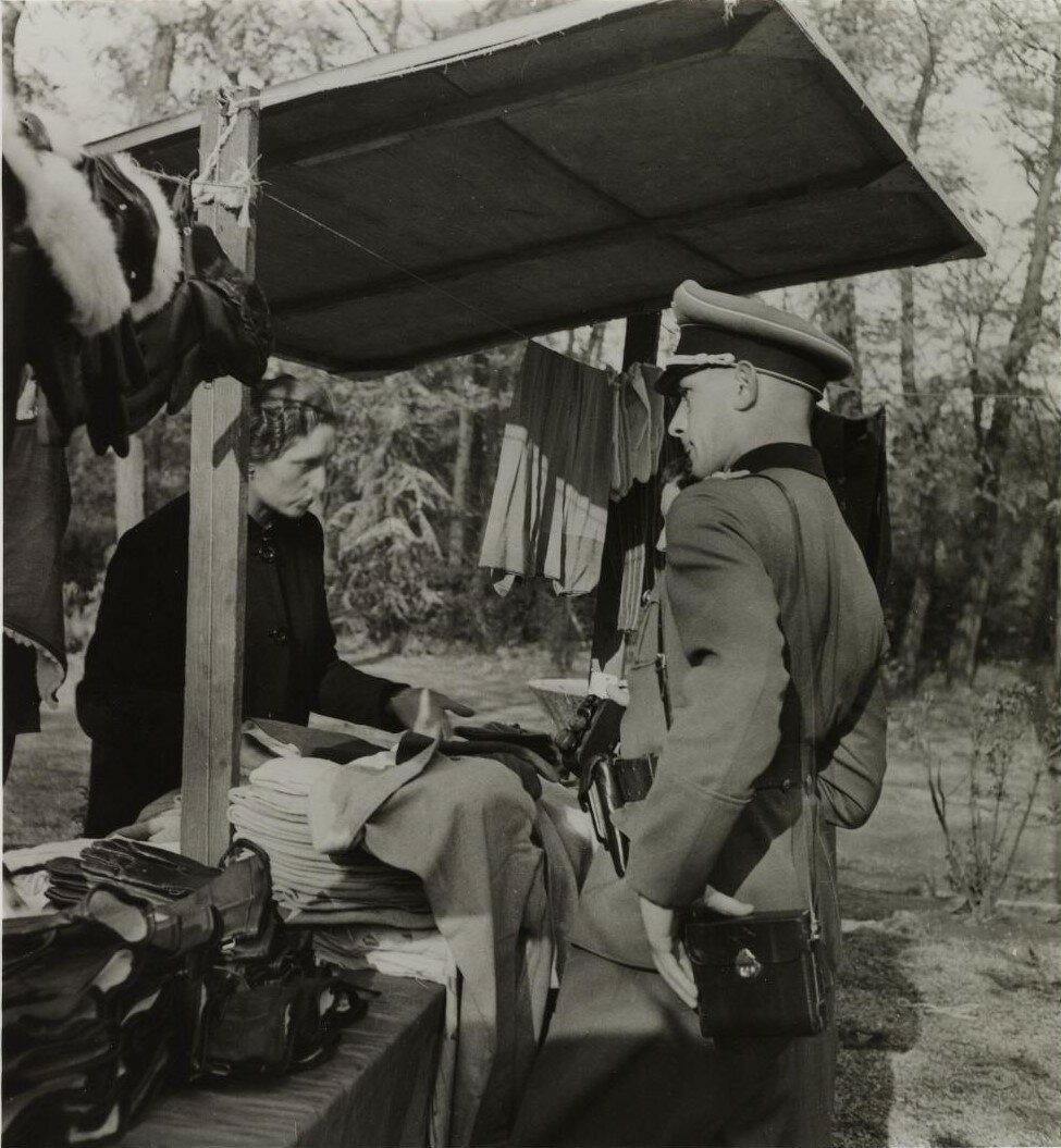 Немецкий солдат на блошином рынке. Порт-Дофин