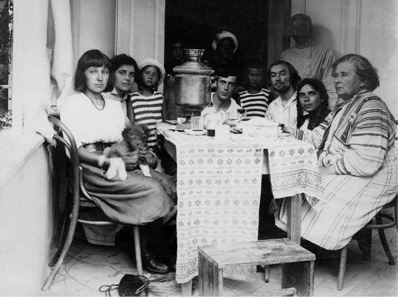 1910-е. Марина Цветаева и Сергей Эфрон за чайным столом в доме Максимилиана Волошина в Коктебеле