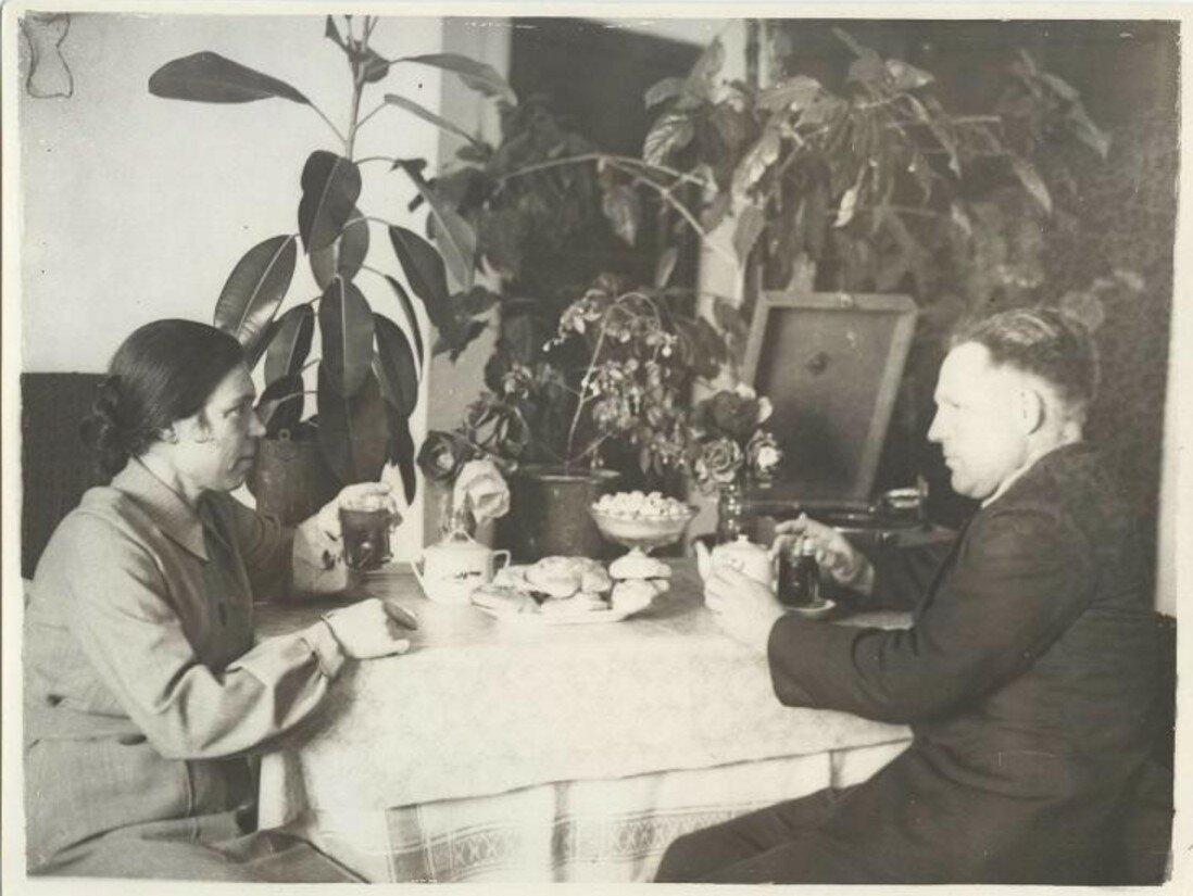 1936. Бригадир тов. И. И. Рябуев дома за чашкой чая