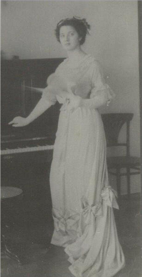 1910-е. Портрет молодой девушки у фортепиано