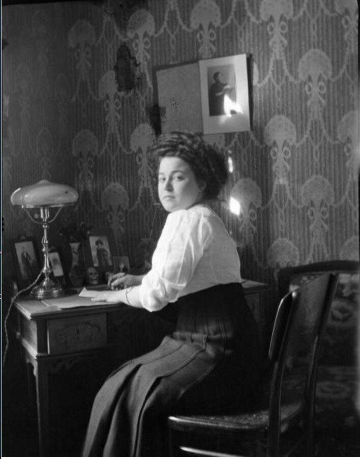 1911. Портрет женщины за письменным столом