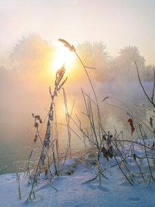 В тумане зыбком над рекой.