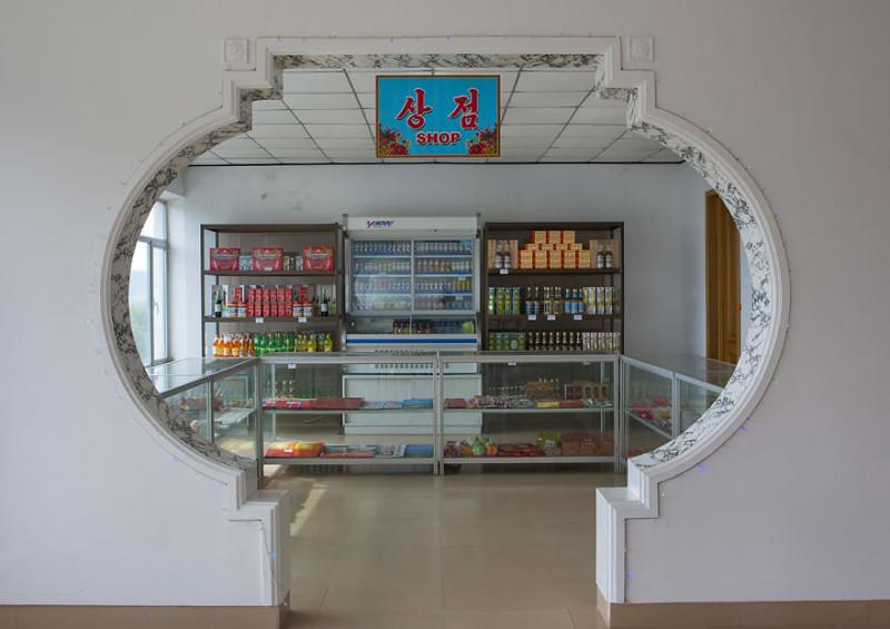 Запланированная гидом остановка в магазине, где продается алкоголь. Но что-то его на прилавке не вид