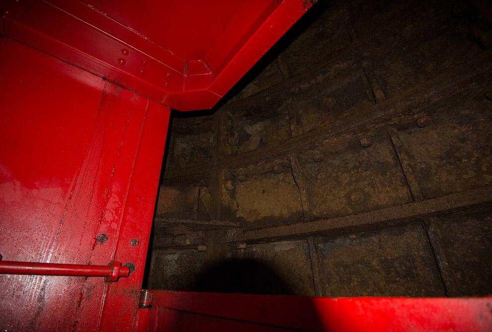 9. Вдруг стена пропадает, и мы видим освещённое пространство. Это очередной «этаж», но нам ещ