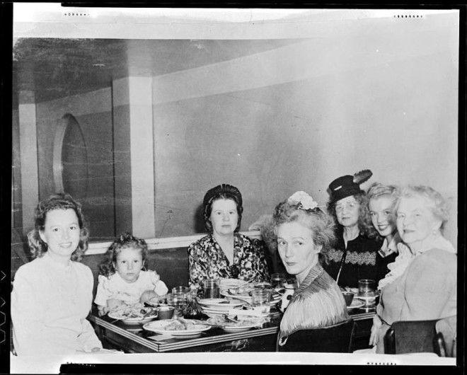 Калифорния, 1942 год.      Норма Джин Мортенсон фотографируется с подругой и ее ребенком