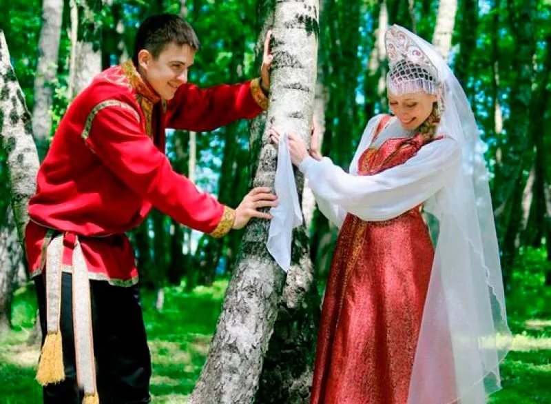 На Руси право лишения девушки девственности традиционно принадлежало ее будущему мужу. По церковным