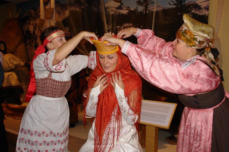 Потерю девственности в первую брачную ночь символически отмечали развешиванием расшитых красными нит