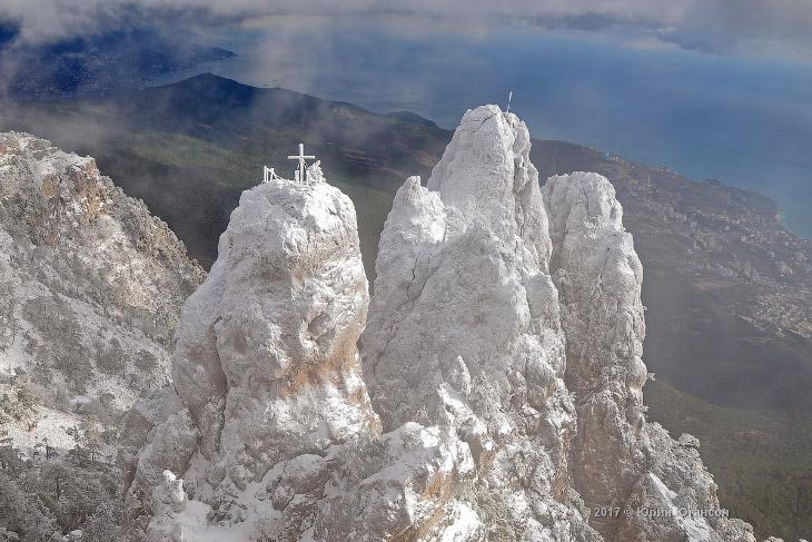 2. Различают Главную (1234 м), Западную и Восточную (1100 м) вершины Ай-Петри. Силуэт горы завершает
