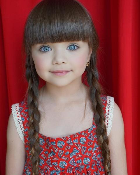 Именно благодаря этому выразительному взгляду и кукольной внешности Настя стала моделью с четырех ле
