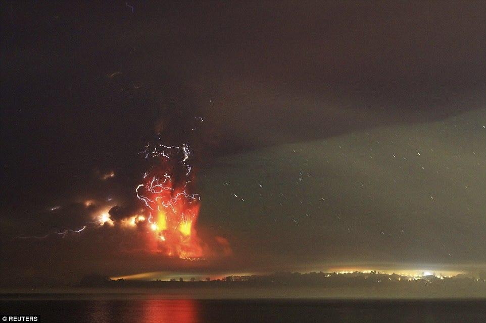 Извержение вулкана Пуеуэ в Чили, 5 июня 2011 года. Вид из окна самолёта. Вулкан выбросил облако пепл