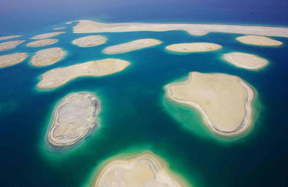 «Мир» соединен с материком только водным и воздушным сообщением. От больших волн острова защищает ис