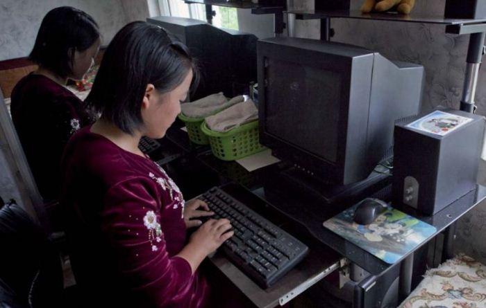 Лаффорг рассказал, что гиды радуются, когда туристы фотографируют детей за компьютерами. Им хочется