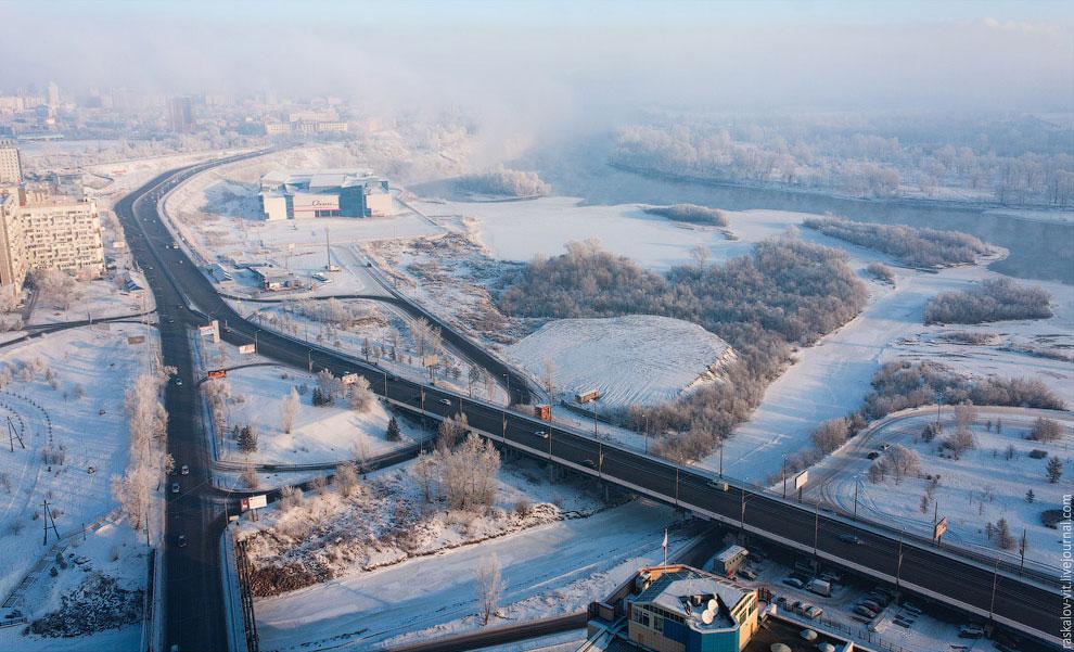 Жилой комплекс «Перья» и парящий  туман над Енисеем . (Фото Виталия Раскалова):