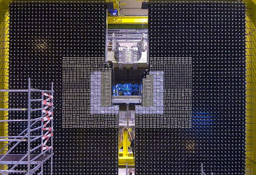 Идея строительство Большого адронного коллайдера родилась в 1984 году и была официально одобрена дес