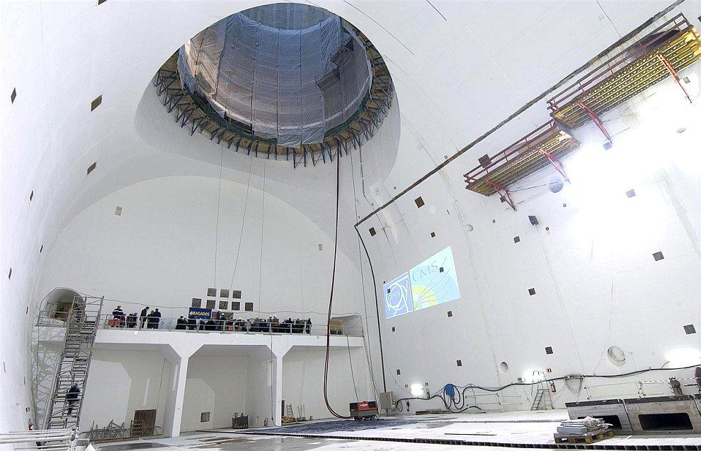 Английский физик  Питер Хиггс , чьим именем назвали бозон. Рядом с детектором ATLAS,