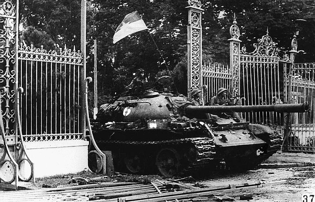 Северо-вьетнамский танк, проезжает через главные ворота президентского дворца. 30 апреля 1975