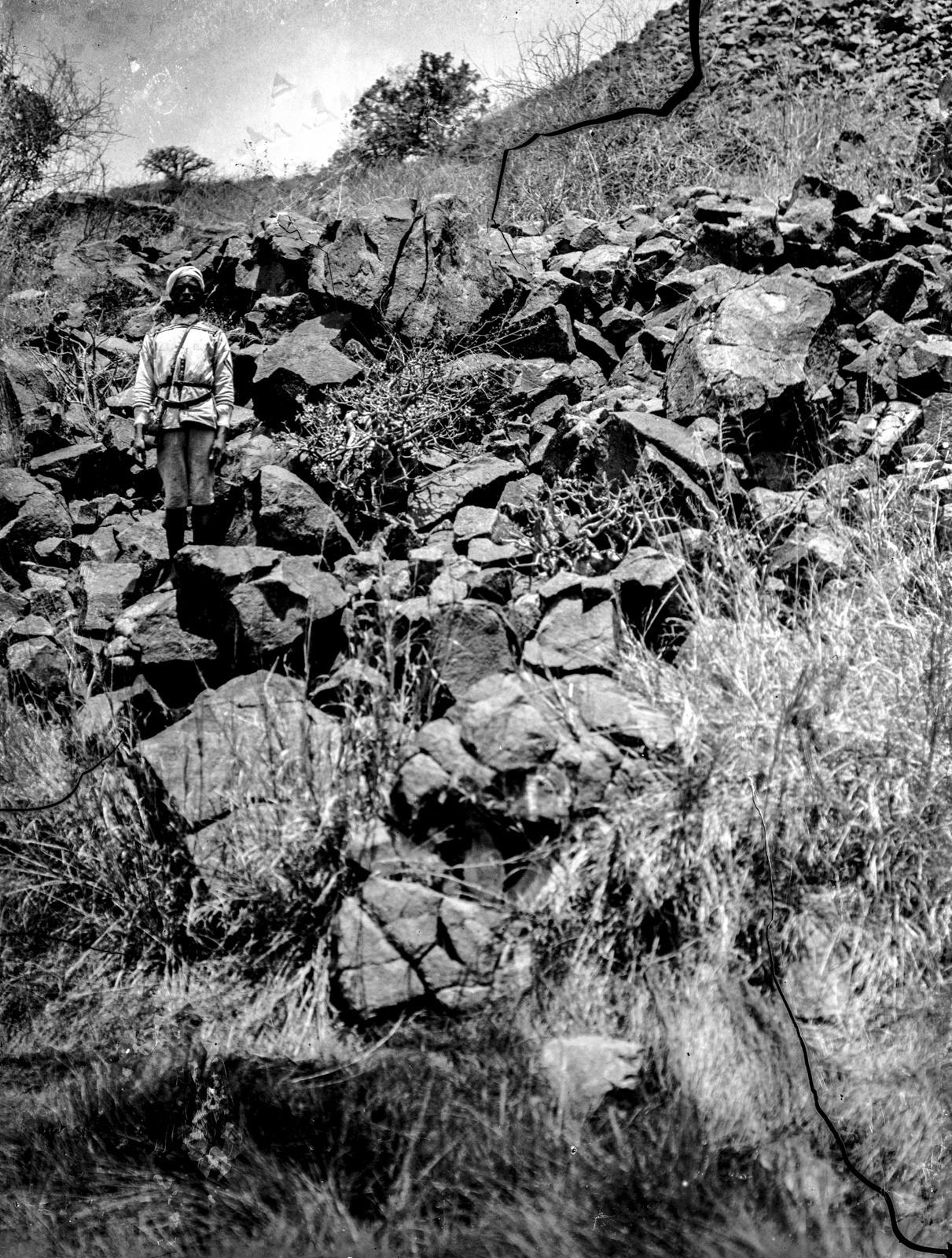 28. Человек перед лавовой скалой, разорванной температурными колебаниями