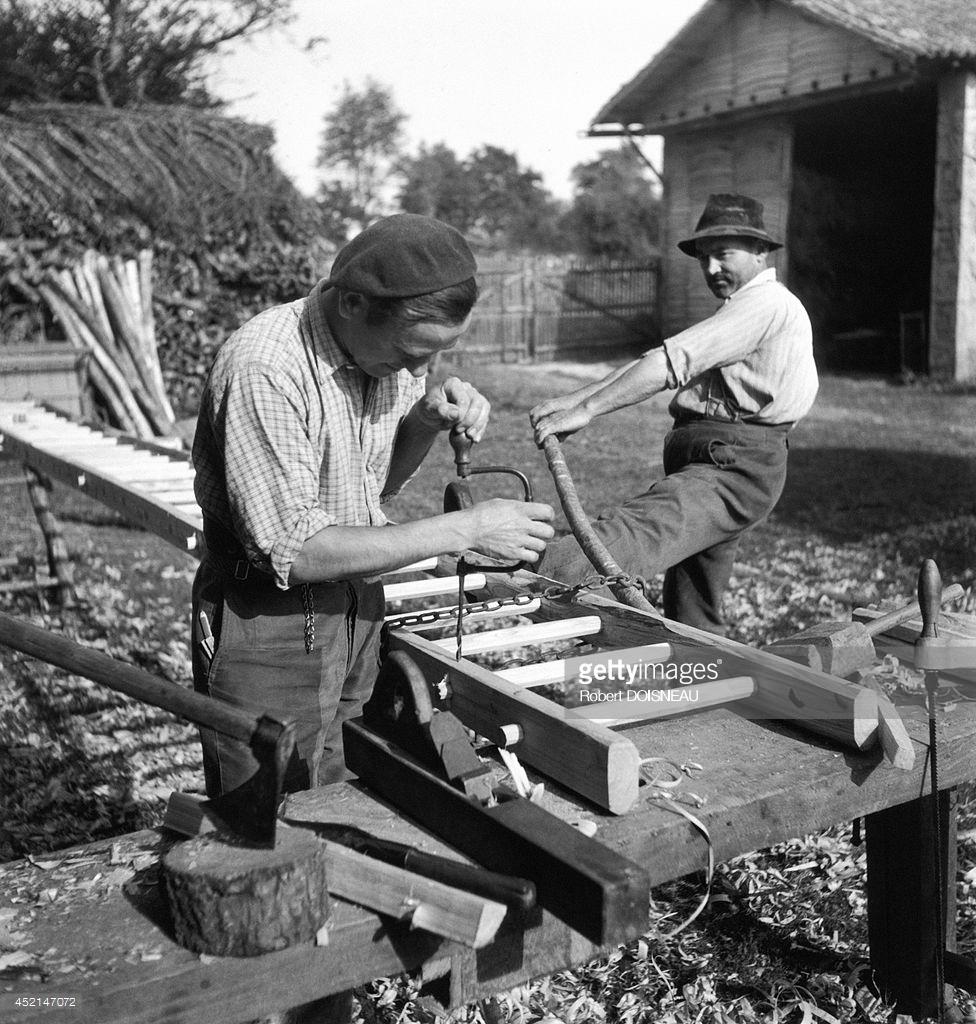 1944. Двое мужчин строят лестницу для господина Суларда в Сен-Савене