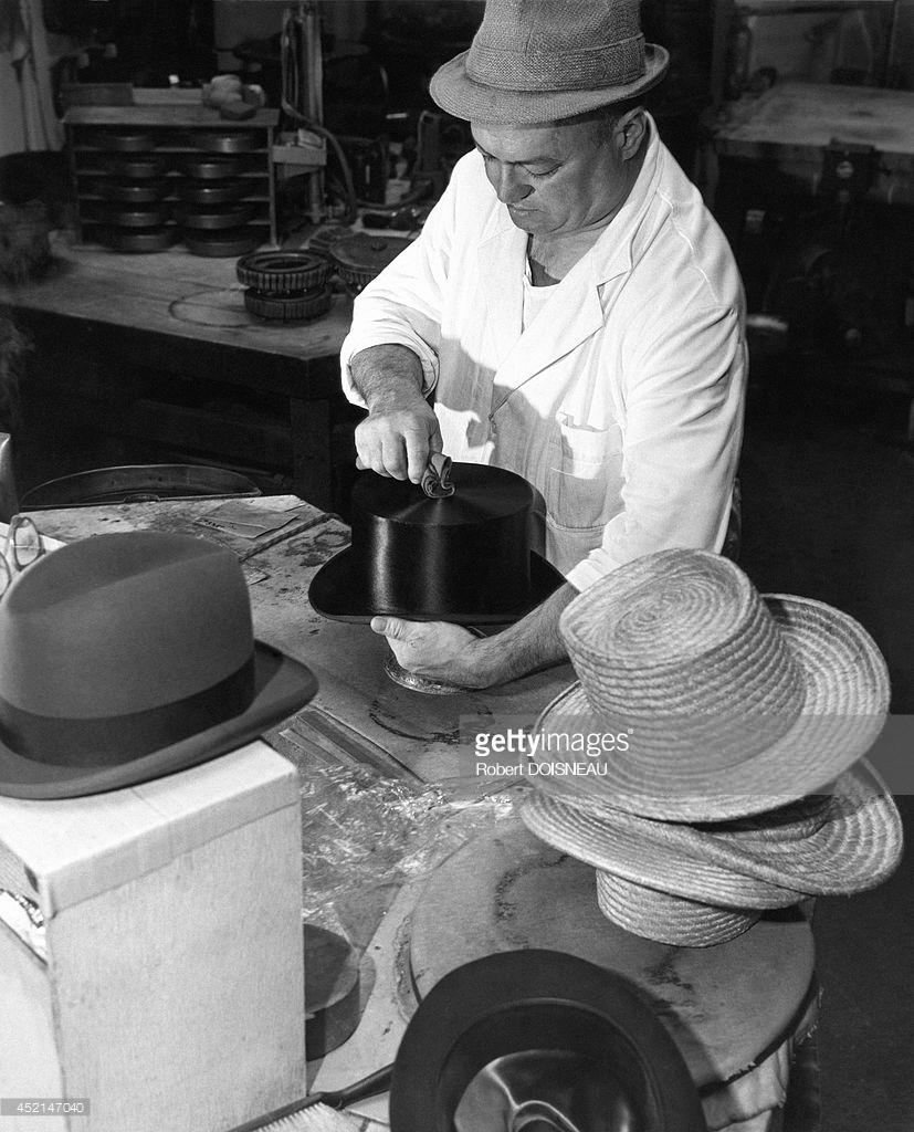 1949. Шляпник на работе в знаменитой фирме Gelot.  Вандомская площадь в Париже