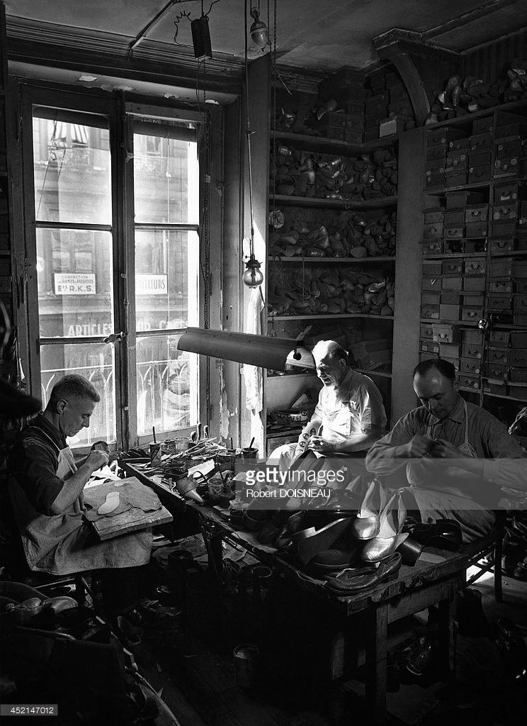 1954. Сапожники на службе у фирмы Гальвен, производство аксессуаров для театров