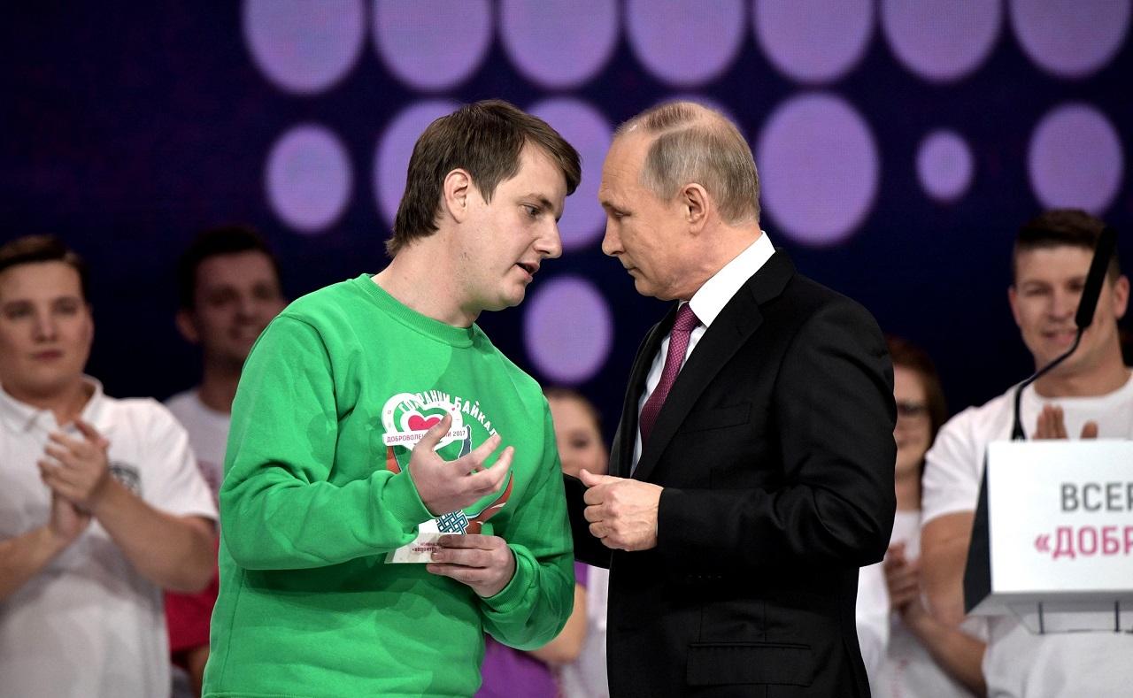 Владимир Путин с победителем в номинации _Доброволец года-2017_, руководителем проекта _Сохраним Байкал_ Максимом Токаревым.