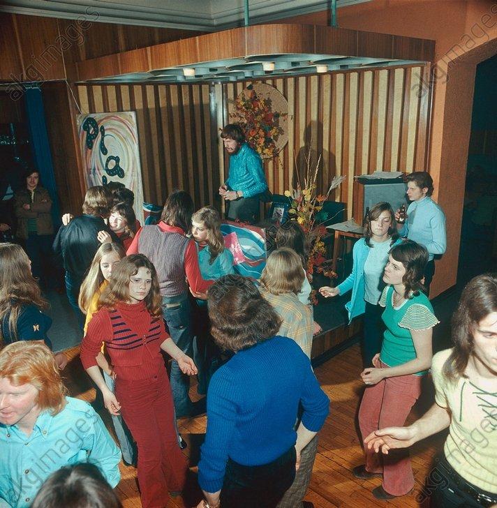 Diskothek in Merseburg (DDR), Foto 1974 - - Musique / Danse / Danses de sociйtй : discothиque.