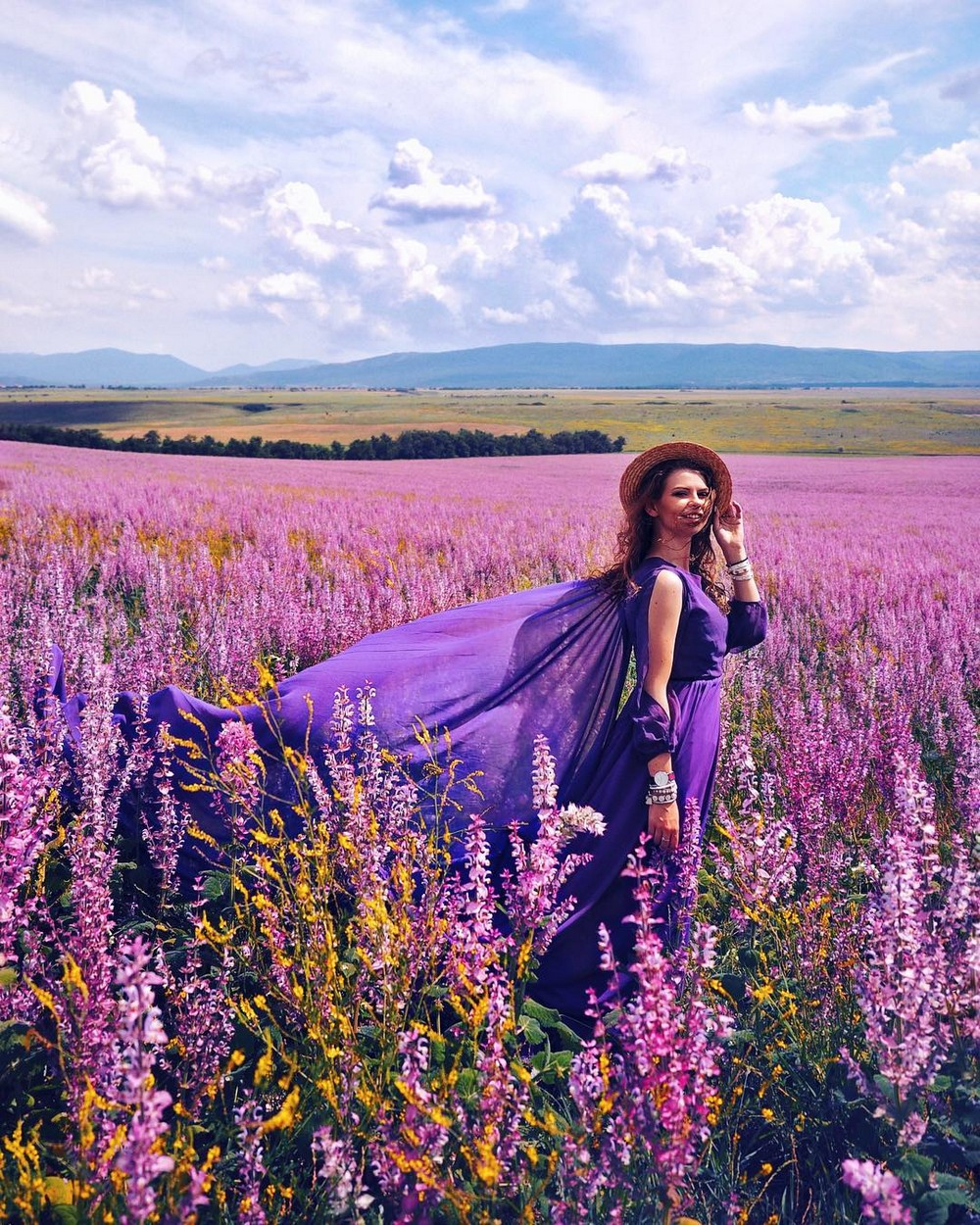 Фотопроект #MyDressStories: девушка в красивых платьях на фоне живописных мест