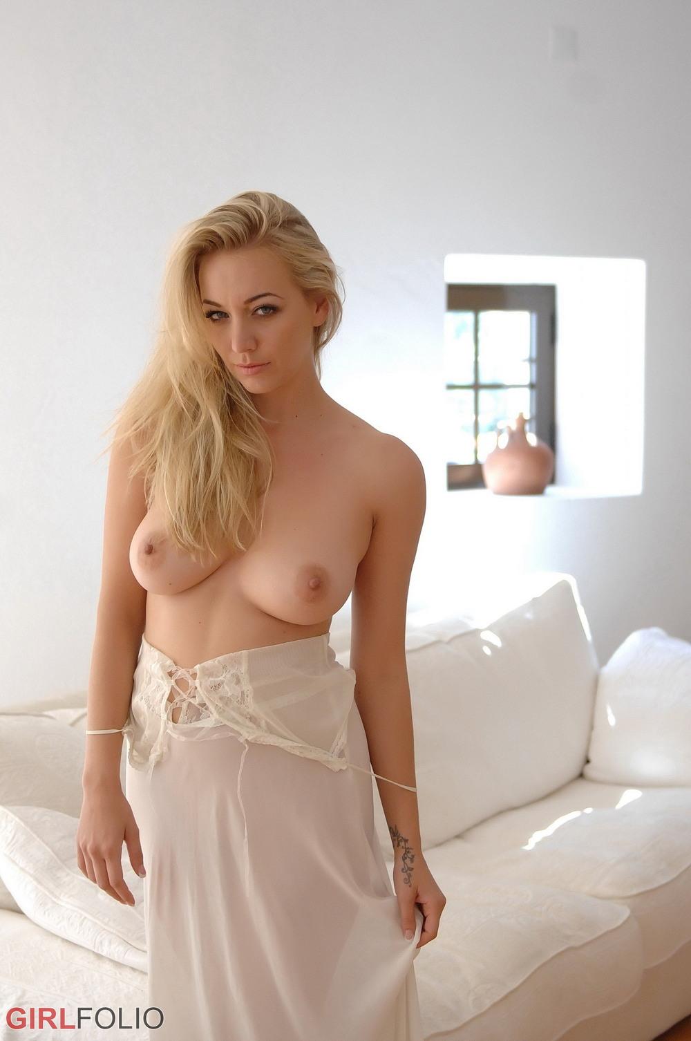 Белокурая Hayley Coppin в сексуальном пеньюаре