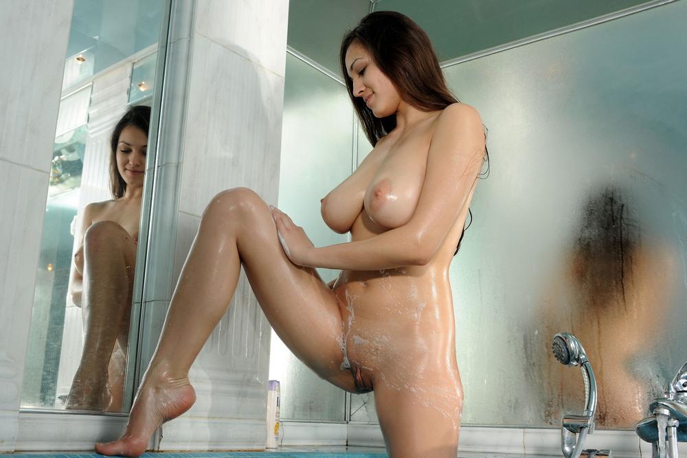 Грудастая Софи в ванной