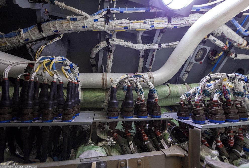 Герметизация швов вертикального хвостового оперения. Оно изготавливается в Новосибирске , но