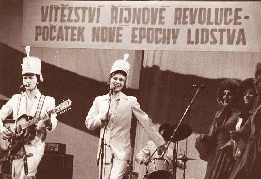 13. Александр Малинин в составе ВИА «Поют гитары» исполняет песню «Аты-баты». Чехословакия, 1979 г.