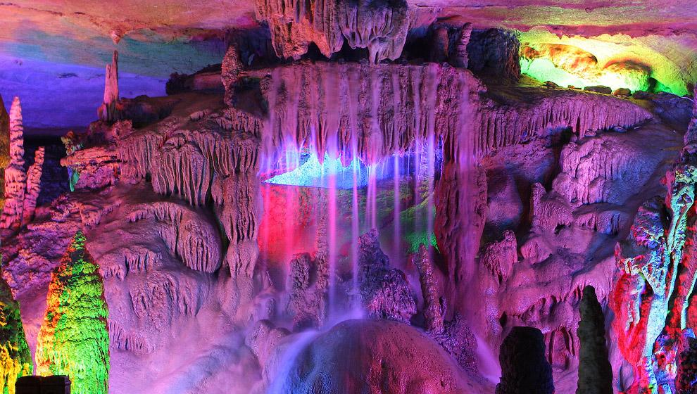 Пещера Тростниковой Флейты — одна из самых сказочных пещер Китая: неоновая подсветка делает и