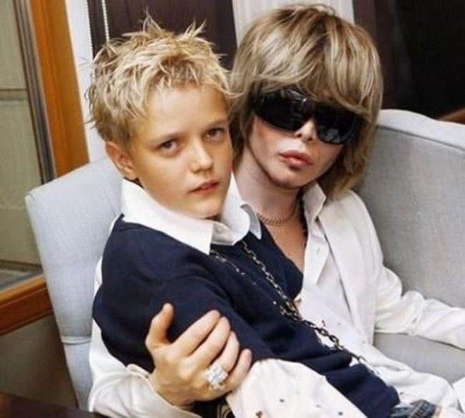 Станислав написал, что Зверев в 90-х усыновил ребенка и с тех пор часто появлялся в компании белокур