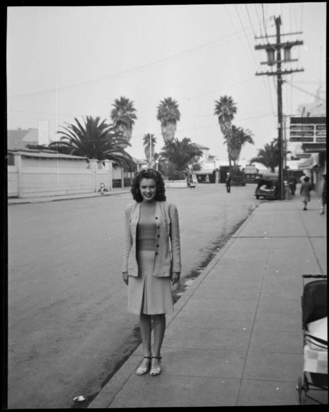 Ван Найс, Калифорния, 1941 год.      Норма Джин Мортенсон с мужем Джеймсом Догерти.