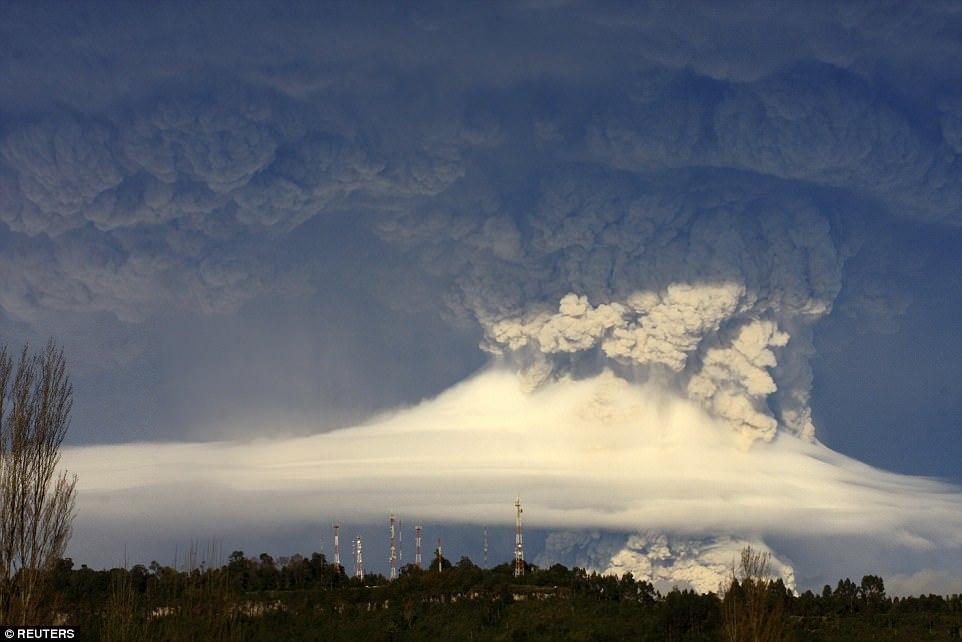Извержение вулкана Сарычева на острове Матуа Большой Курильской гряды в 2009 году. Вид с борта Между