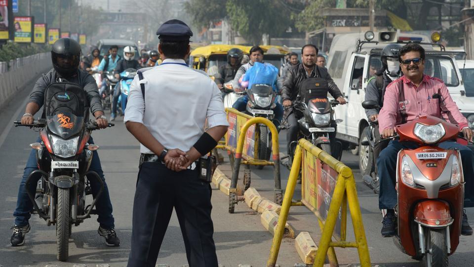 Что является обязательным атрибутом регулировщика движении в Индии? Правильно, умение танцевать