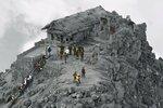 Храм под пеплом после извержения вулкана Онтаке, Япония.jpg