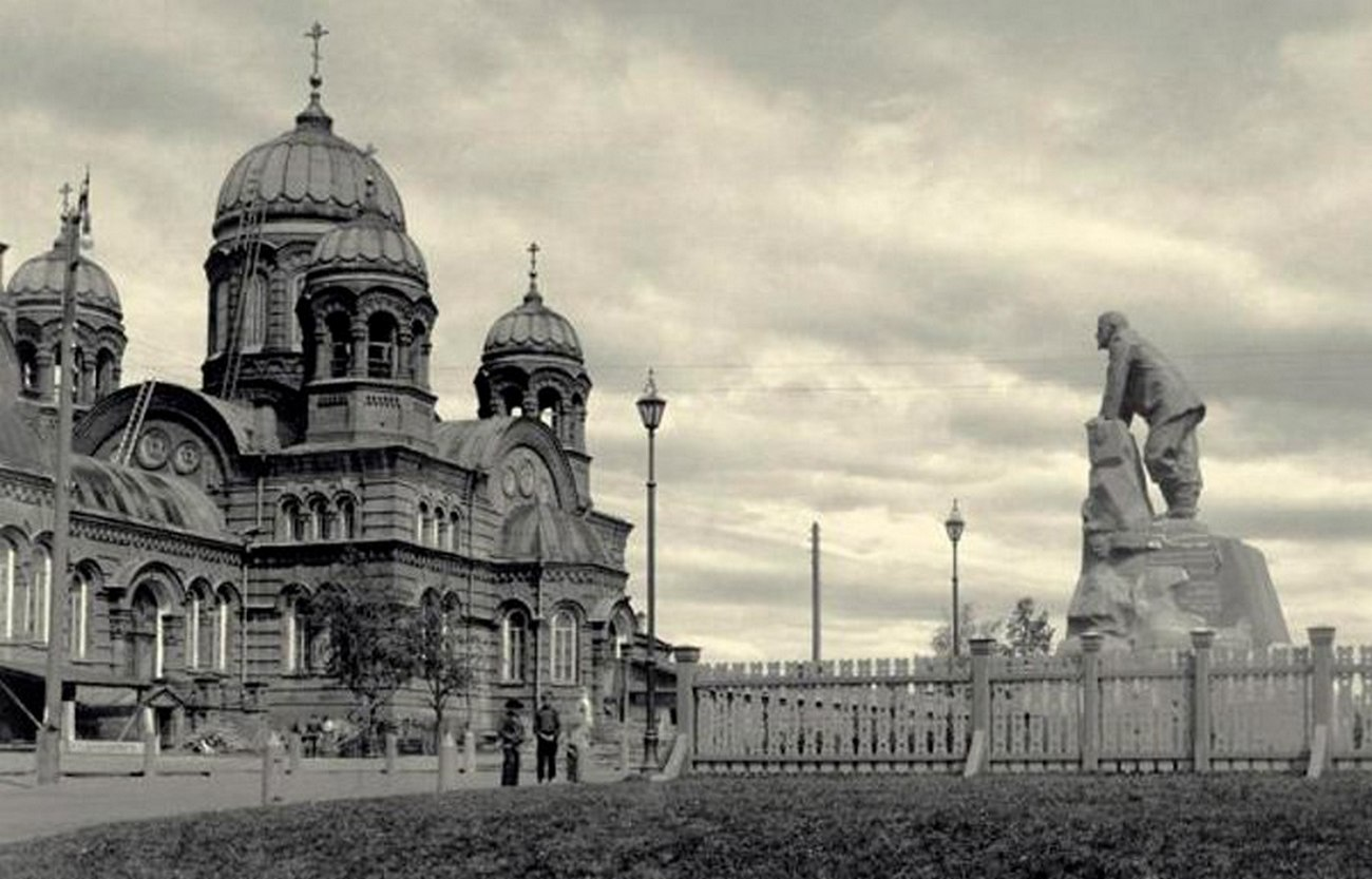 Свято-Троицкий храм и памятник графу Шувалову