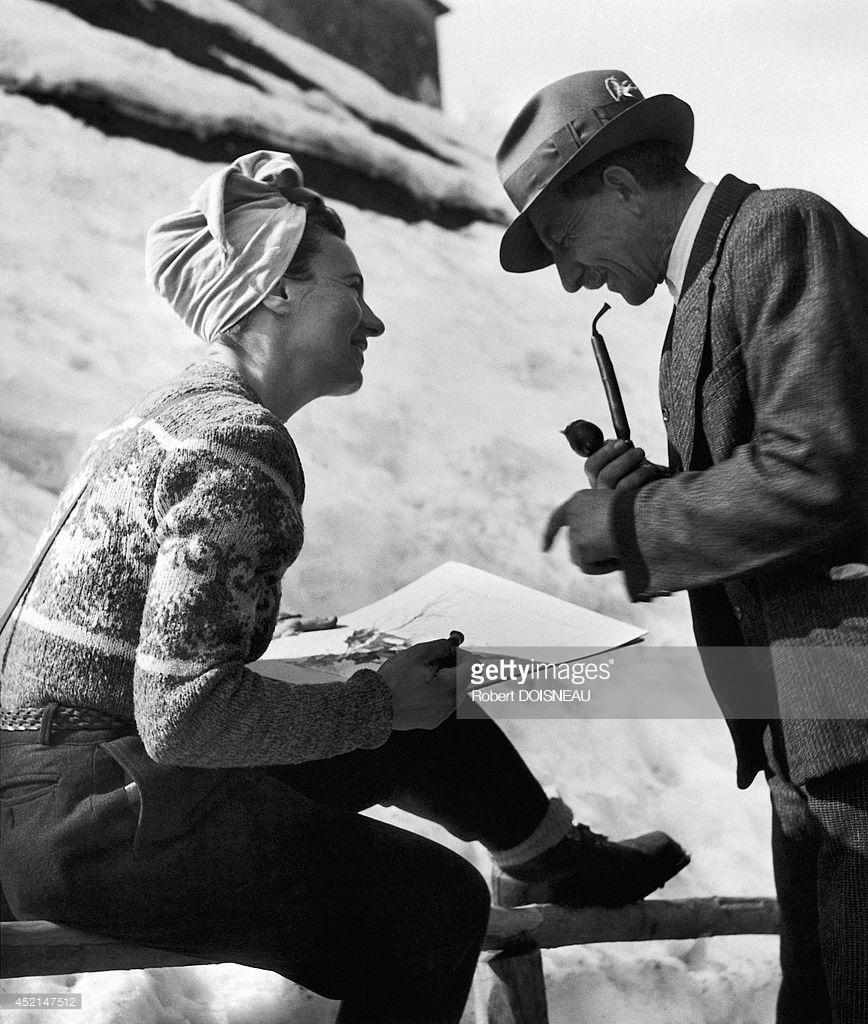 1946. Женщина рисует и беседует с мужчиной в Тироле, Австрия