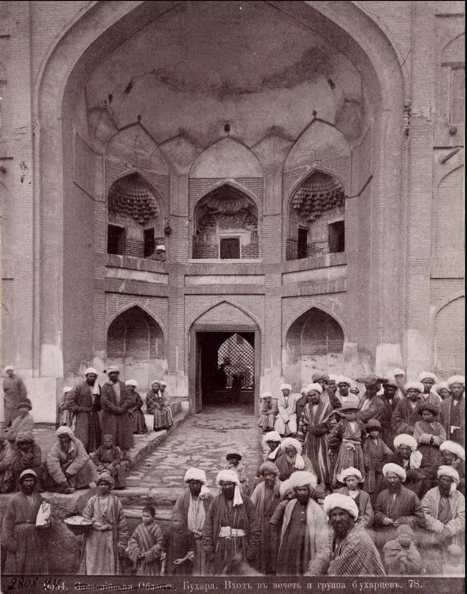 Мужчины у входа в медресе Мулло Турсунжон