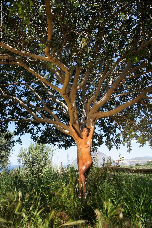 Vivien разделась под деревом